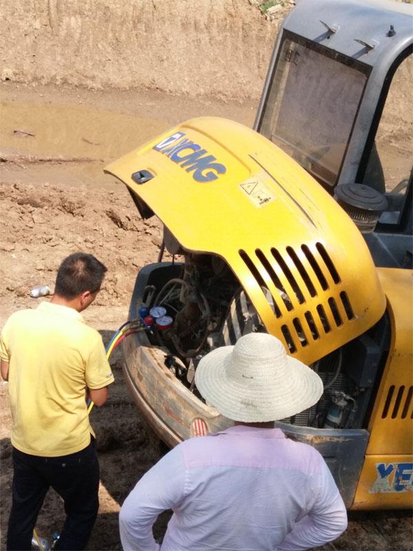 徐工挖机办事顶着炎热检修挖掘机