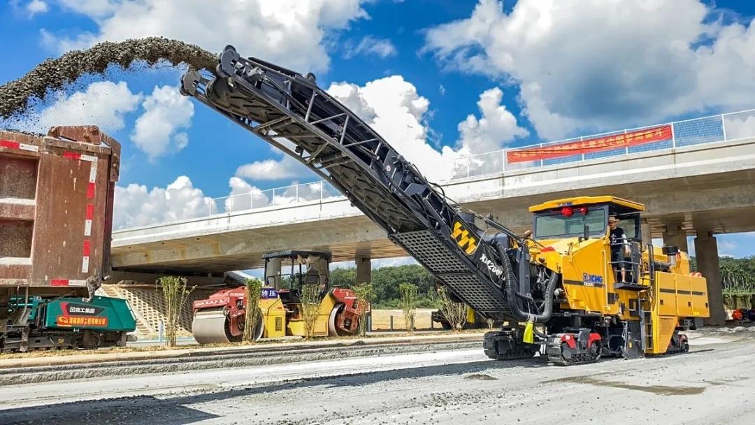 徐工XM200KⅡ两米大型铣刨机施工各大高速公路